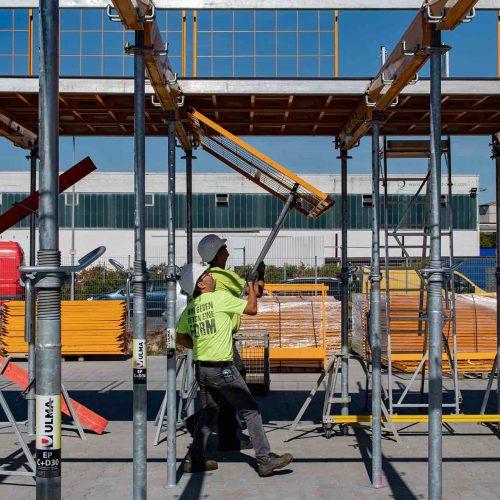 Die beiden Fallschutzgitter der CC-4 Protect werden in die Halter des Hauptträgers eingehängt. Anschließend werden sie mit den CC-P Gabeln in die Halter des gegenüberliegenden Hauptträgers in ihre endgültige horizontale Position eingeschwenkt.  Foto: ULMA Construction GmbH