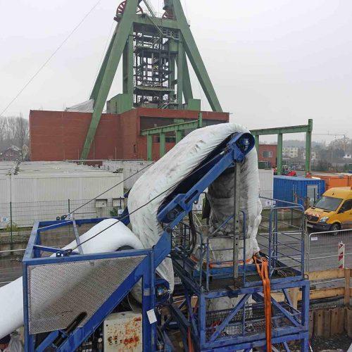 Vom Lkw aus wurde der Schlauchliner über ein Förderband zum Inversionsturm geführt. Foto: D&S Rohrsanierung