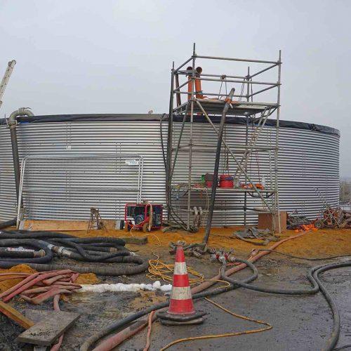Um den für das Einstülpen des Schlauchliners erforderlichen hydrostatischen Druck aufbauen zu können, wurde neben der Einbaustelle ein Wasserbecken mit einem Fassungsvermögen von ca. 400 m3 errichtet. Foto: D&S Rohrsanierung