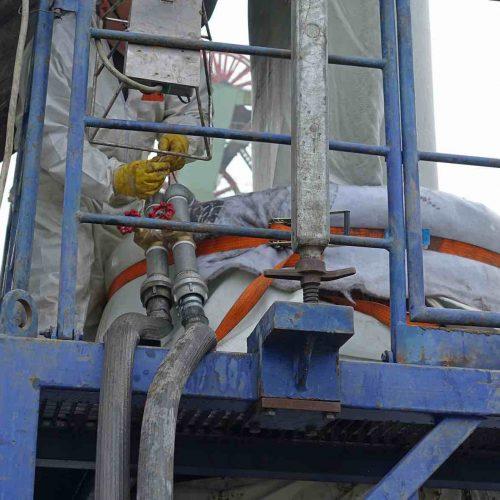Am Inversionsturm befestigte Schläuche sorgten für eine kontinuierliche Wassereinleitung. Foto: D&S Rohrsanierung