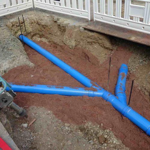 Seit mehr als 25 Jahren hat sich das wandverstärkte und robuste HS®-Kanalrohrsystem bereits in der Praxis bewährt. Auch in Schnedinghausen kommt es zum Einsatz. Die blaue Farbgebung lässt auch Jahre später keinen Zweifel aufkommen, dass es sich um den Regenwasserkanal handelt. Foto: Ingenieurbüro Temme