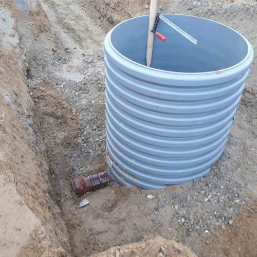 Der Funke Kunststoffschacht DN 1000 besteht aus einem Profilrohr. Die Rohrinnenseite ist glatt, die profilierte Außenseite wirkt bei fachgerechter Verdichtung des Verfüllmaterials einem Auftrieb des Schachtes entgegen. Foto: BOOS