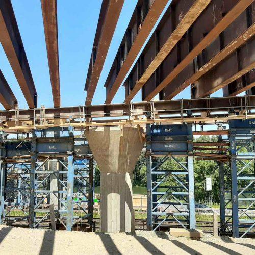 ... während bei den Rundpfeilern Hilfsfundamente seitlich neben den Pfeilern errichtet werden mussten.  Foto: thyssenkrupp Infrastructure