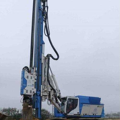 Zwei RTG Mäkler von thyssenkrupp Infrastructure sind in Hamburg im Einsatz: Der RTG RG 21T ... Foto: thyssenkrupp Infrastructure