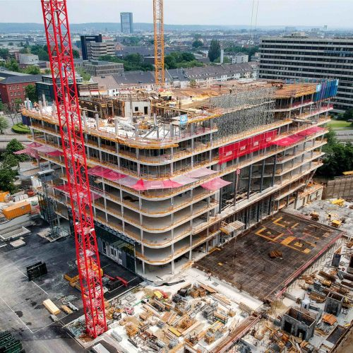Eine neue Landmarke am Kennedydamm in Düsseldorf: hier entsteht derzeit ein 16-geschossiges Bürohochhaus nebst zweigeschossigem Eingangsbauwerk. Für die komplexe bauliche Herausforderung setzt die bauausführende Dreßler Bau GmbH, Aschaffenburg, auf zahlreiche Produktlösungen von ULMA. Foto: ULMA Construction GmbH