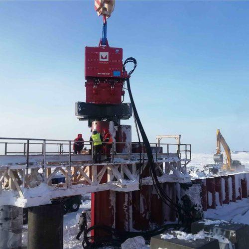Auf der Halbinsel Gydan im nördlichen Westsibirien entsteht derzeit das Utrenny-Terminal für die Produktion von Flüssigerdgas. Vibrationstechnik von thyssenkrupp Infrastructure hilft dabei, Stahlrohre bis 60 Meter Tiefe in den Permanentfrostboden einzubringen.  Foto: thyssenkrupp Infrastructure