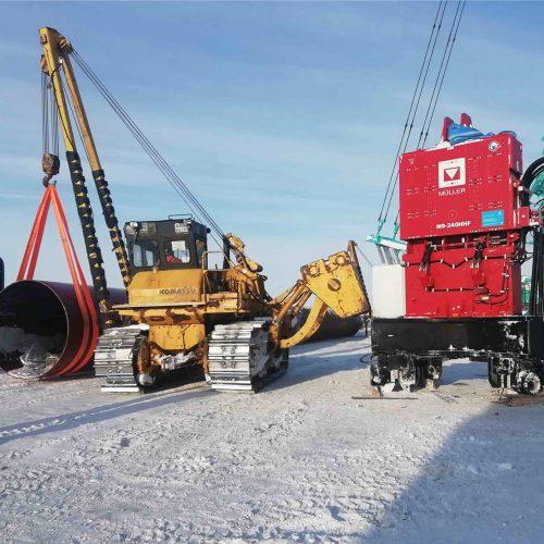 Die Vibrationsramme müller MS-240HHF von thyssenkrupp Infrastructure zählt zu den leistungsstärksten der Branche. Hier wartet er auf seinen Einsatz zum Einbringen der großen Stahlrohre in den Permafrostboden. Foto: thyssenkrupp Infrastructure