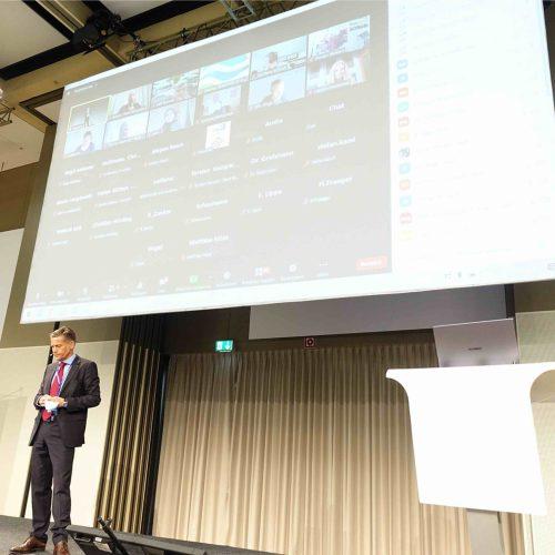 Viele Diskussionsbeiträge, Fragen und Anregungen gelangten auch von den bundesweit live zugeschalteten Online-Teilnehmern via Chatfunktion nach Kassel. Foto: TAH