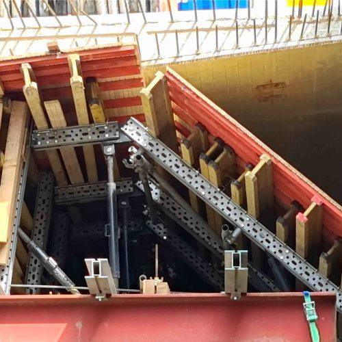 Die mit typisiertem Lochraster versehenen, feuerverzinkten U-Profile sind der Hauptbestendteil des superflexiblen MK-Systems. Diese lassen sich für eine Vielzahl von Tragstrukturen kombinieren.  Foto: BeMo Tunnelling GmbH