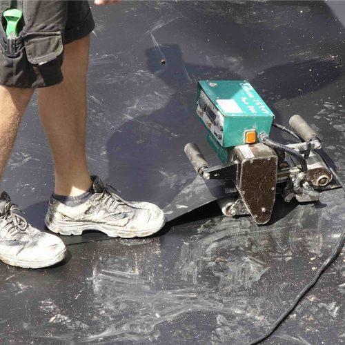 Die zwei Millimeter starke Kunststoffdichtungsbahn wird vor Ort fachgerecht verschweißt. Foto: Funke Kunststoffe