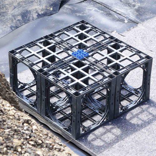 Die Handhabung der D-Raintank 3000®-Elemente ist aufgrund des geringen Gewichts denkbar einfach. Für die Positionssicherung der einzelnen Elemente sorgen blaue 4-fach Verbinder.  Foto: Funke Kunststoffe
