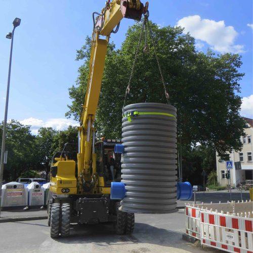 Der Drosselschacht DN 1000 ist ein monolithischer Schacht, mit dem Niederschlagswasser gedrosselt in das öffentliche Kanalnetz abgeleitet werden kann.  Foto: Funke Kunststoffe