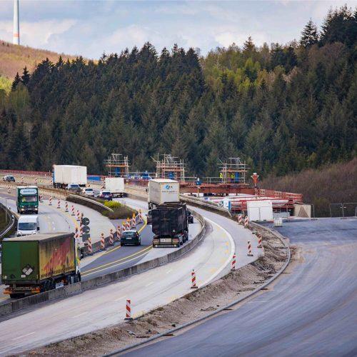 Bauen unter Verkehr: Während das erste Teilbauwerk errichtet wird, wird der Verkehr für beide Fahrtrichtungen über die alte Brücke geführt. Foto: thyssenkrupp Infrastructure