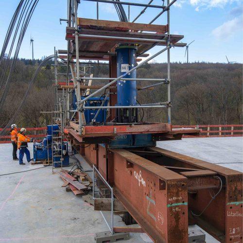 Auf dem Brückenüberbau sind die hydraulischen Litzenheber montiert, mit deren Hilfe das Vorschubgerüst Stück für Stück abgelassen wird. Foto: thyssenkrupp Infrastructure